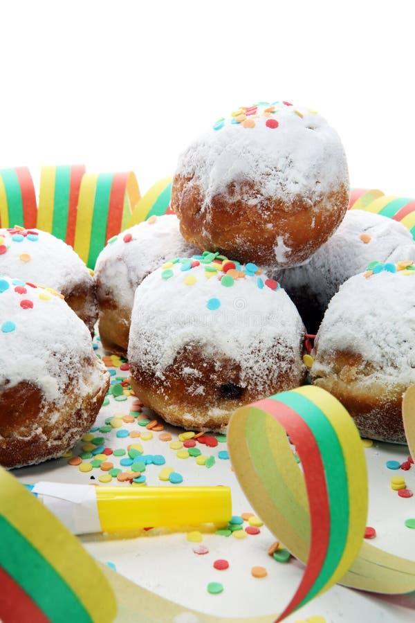 Niemieccy donuts z dżemu i lodowacenia cukierem Karnawału sproszkowanego cukieru nastroszeni donuts fotografia royalty free