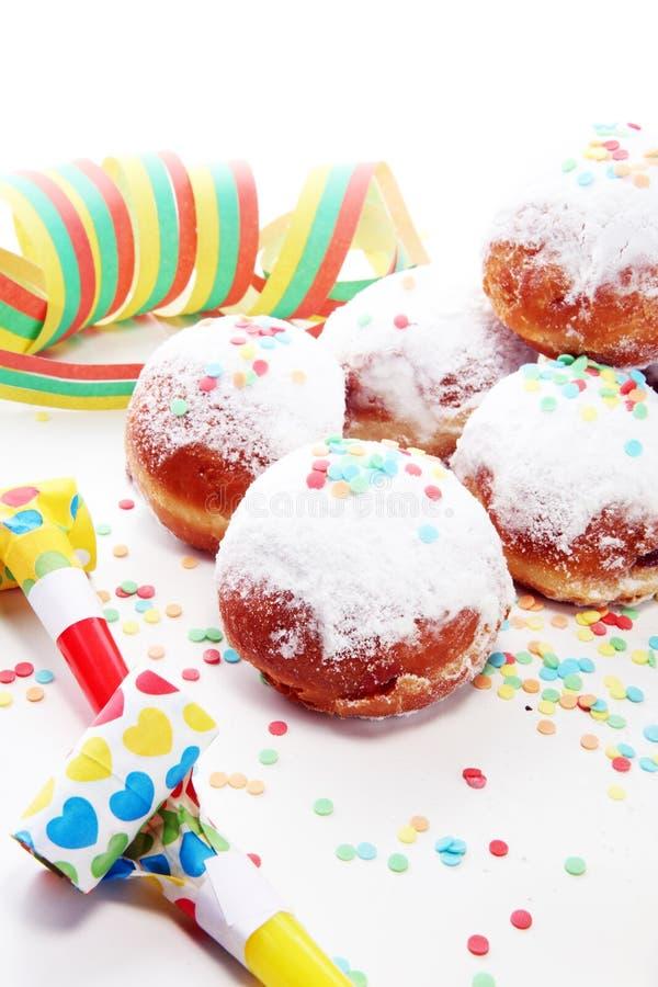 Niemieccy donuts z dżemu i lodowacenia cukierem Karnawału sproszkowanego cukieru nastroszeni donuts fotografia stock