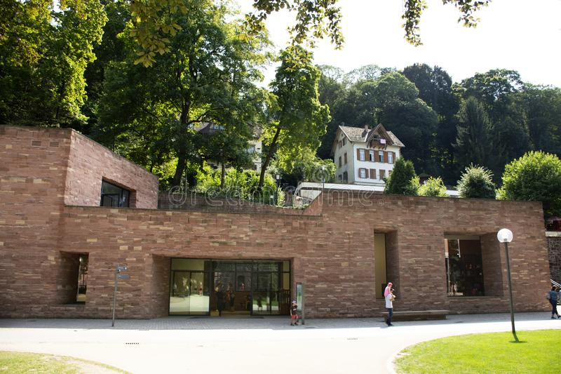 Niemieccy ludzie i foriegner podróżnicy chodzi wizytę wśrodku Heidelberg kasztelu, Niemcy zdjęcia royalty free