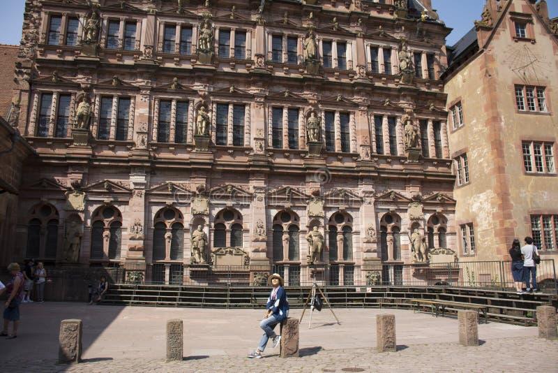 Niemieccy ludzie i foriegner podróżnicy chodzi wizytę wśrodku Heidelberg kasztelu, Niemcy fotografia stock