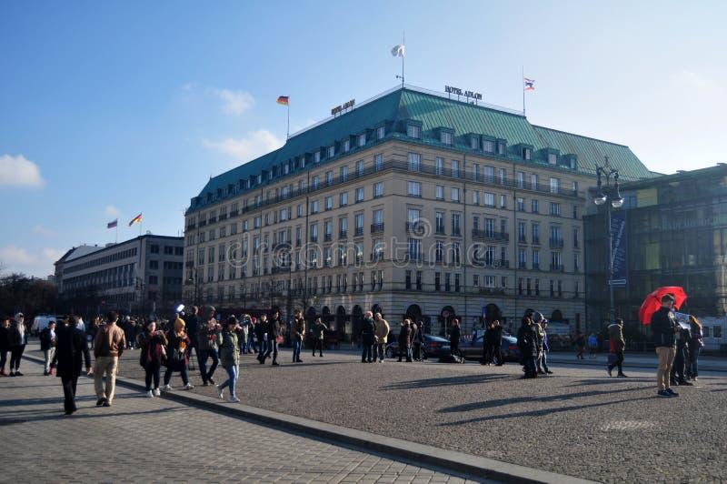 Niemieccy ludzie i obcokrajowów podróżnicy chodzi na bezpłatnej przestrzeni Brandenburg brama zdjęcia stock