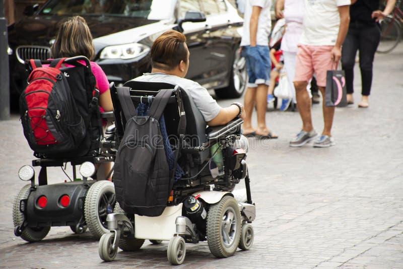 Niemieccy niepełnosprawni podróżują wizytę przy Heidelberger starym miasteczkiem w Heidelberg, Niemcy obraz royalty free