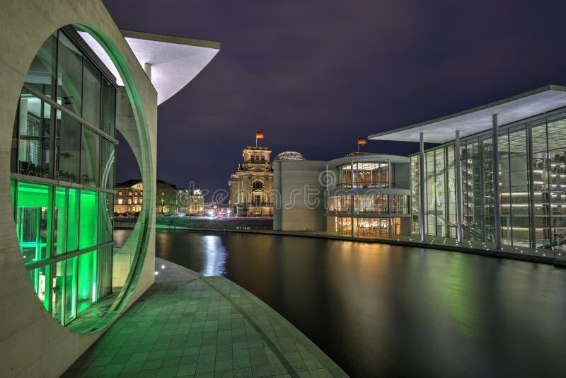 Niemieccy rz?dowi budynki w Berlin w wiecz?r obraz stock