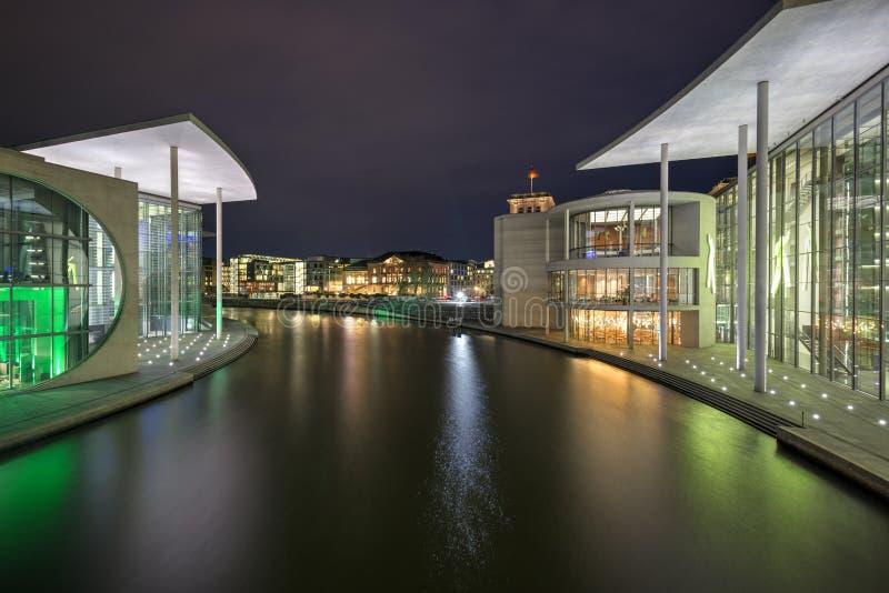 Niemieccy rz?dowi budynki w Berlin w wiecz?r zdjęcie stock