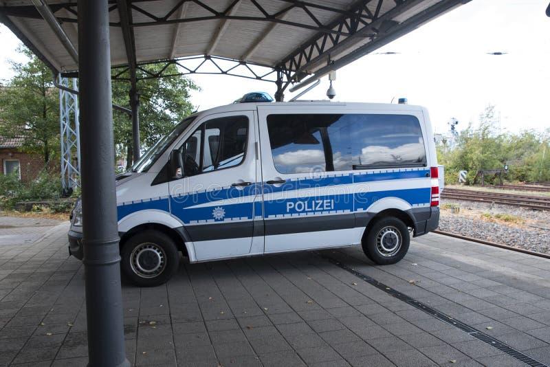 Niemieccy samochodów policyjnych stojaki na staci Polizei jest niemiec w zdjęcie royalty free