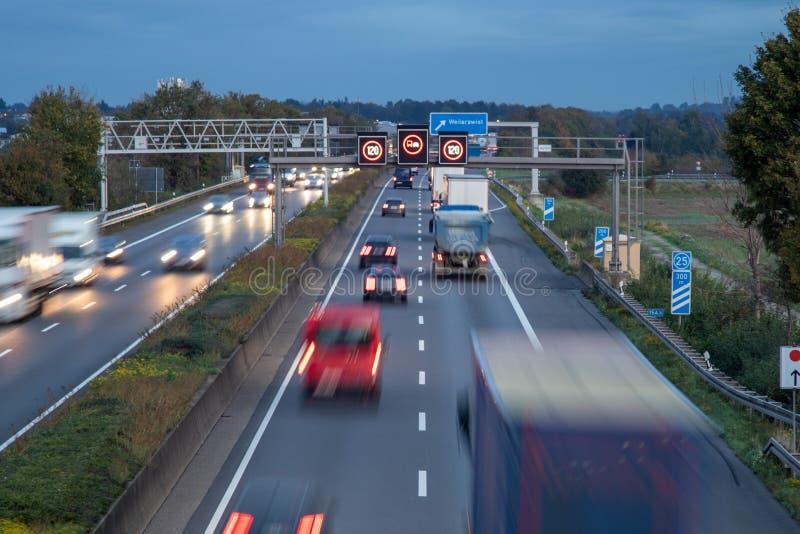 niemiecka autobahn A61 o świcie, godzina szczytu, ograniczenie prędkości 120 zdjęcie royalty free