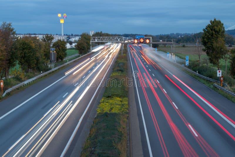niemiecka autobahn A61 o świcie, godzina szczytu, ograniczenie prędkości 120 obrazy royalty free