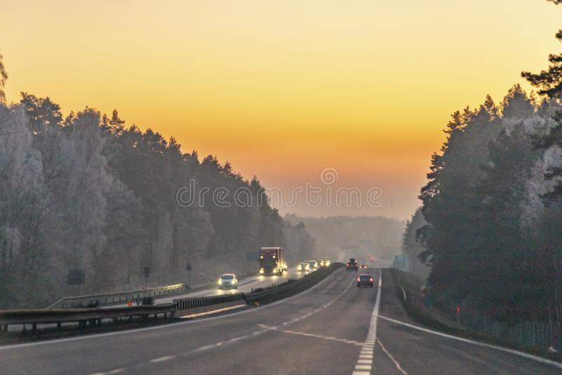 Niemiecka autostrada w romantycznym zachodzie słońca zdjęcia royalty free