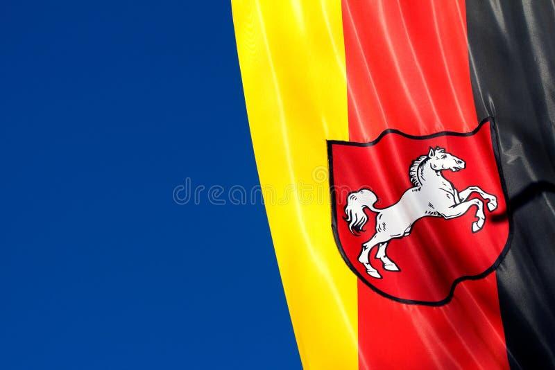 Niemiec flaga Obniżam Saxony przeciw niebieskiemu niebu obraz stock
