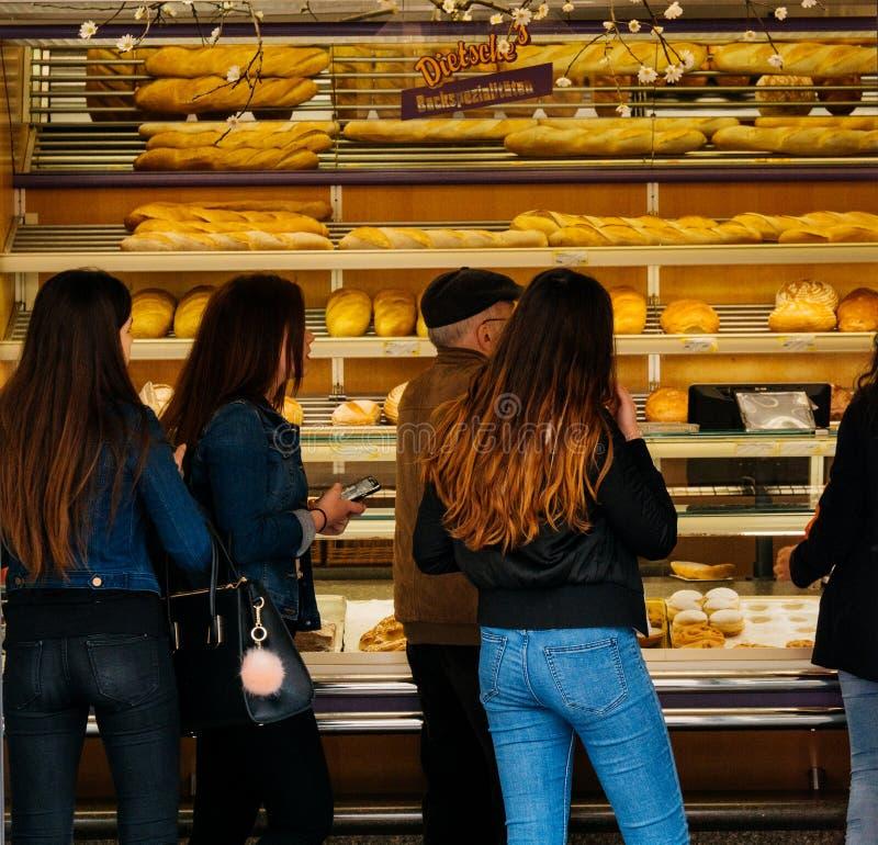 Niemiecka piekarnia z klientami zdjęcia stock