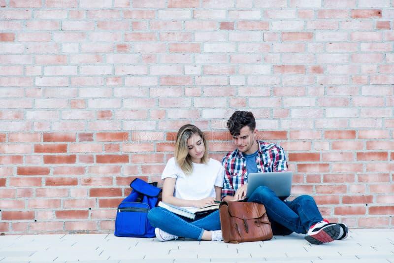 Niemiecka samiec i żeński uczeń z kopii przestrzenią obrazy stock