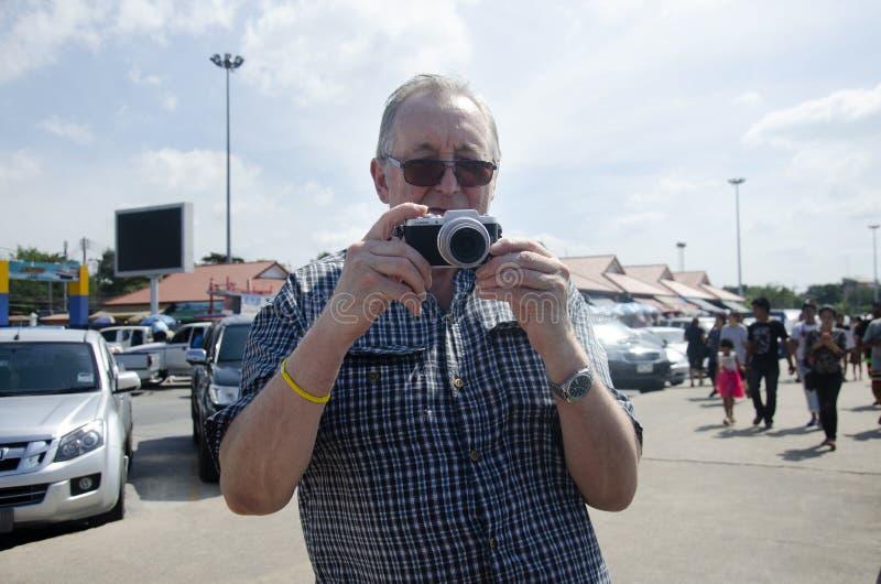 Niemiecka stary człowiek podróż i używać kamera bierzemy fotografię przy plenerowym zdjęcie stock