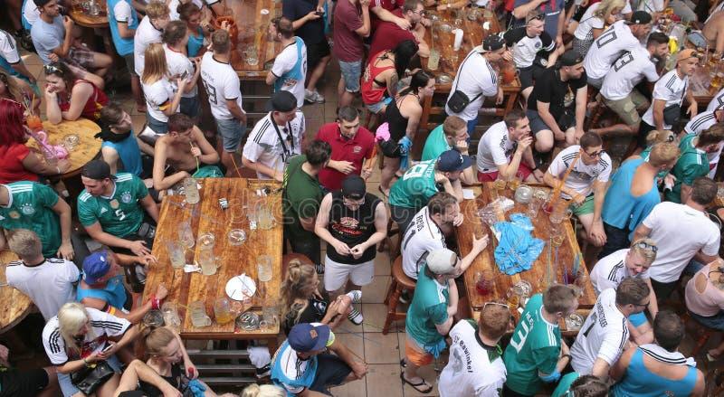 Niemiecka turystyka w El Arenal Mallorca spotkaniu pić światowego mecz piłkarskiego na giganta ekranie szerokim i oglądać zdjęcie royalty free