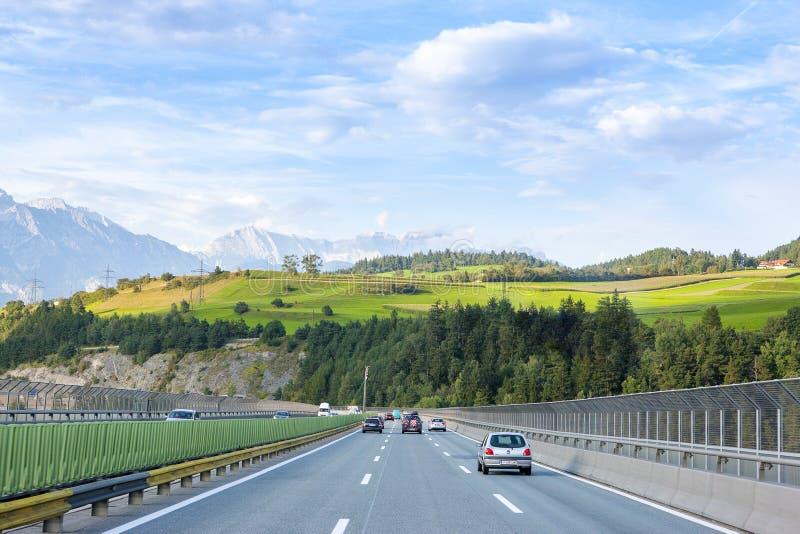 Niemiecki Autobahn w Bawarskich Alps zdjęcia royalty free