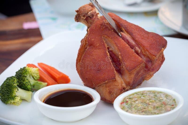 Niemiecki BBQ wieprzowiny knykieć słuzyć z tajlandzkim korzennym kumberlandem obraz royalty free