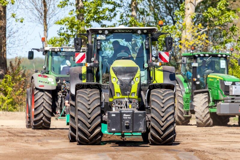 Niemiecki claas axion ciągnik jedzie na śladzie traktoru ciągnięcia wydarzeniem obrazy stock