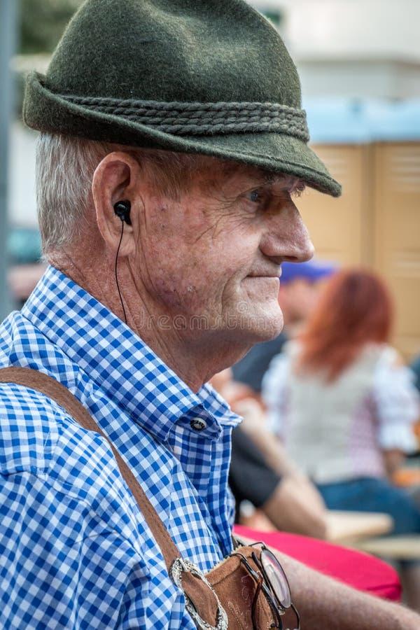 NIEMIECKI festiwal SANFORD FLORYDA, OCT - 14, 2019 - Starszy mężczyzna ubierający w tradycyjnym stroju cieszy się piwnego festiwa obrazy stock