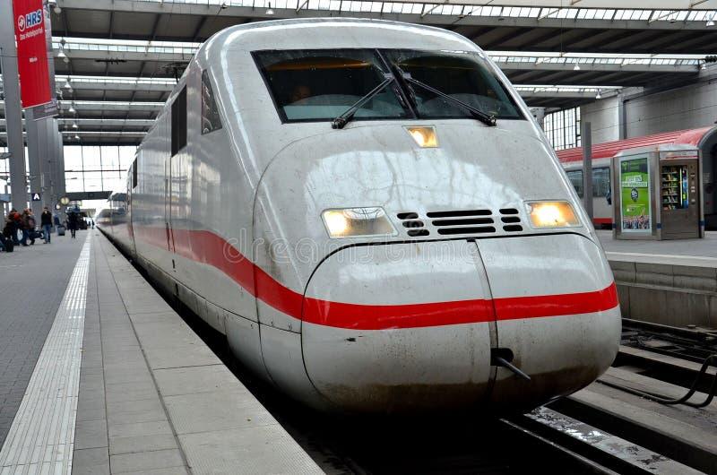 Niemiecki intercity pociska pociąg przy Monachium dworcem, Niemcy fotografia stock