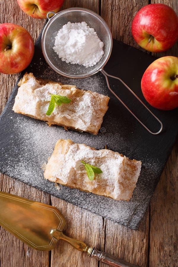 Niemiecki jabłczany strudel z sproszkowanym cukieru i mennicy zbliżeniem na t zdjęcia royalty free