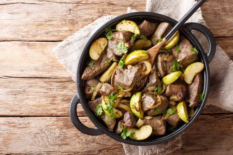 Niemiecki jedzenie smażył wołowiny wątróbkę z zielonymi jabłkami wewnątrz i cebulami w górę niecki horyzontalny odg?rny widok fotografia stock