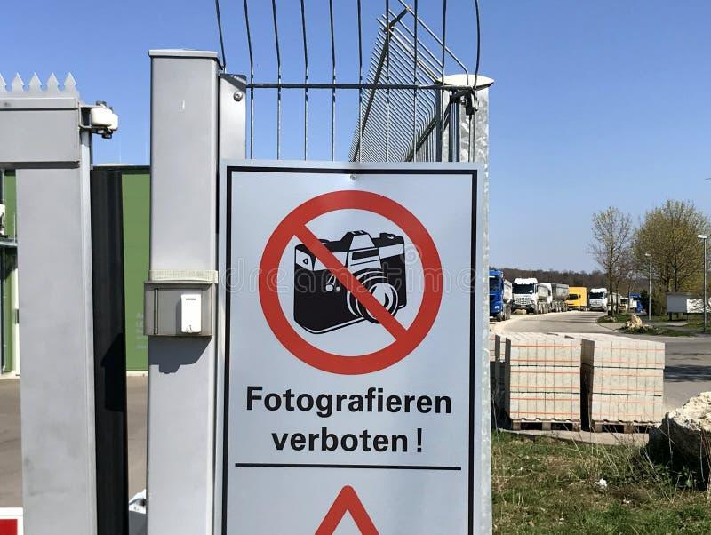 Niemiecki kierunkowskazu twierdzić: Żadny fotografia pozwolić niemiec Fotografieren verboten zdjęcie royalty free