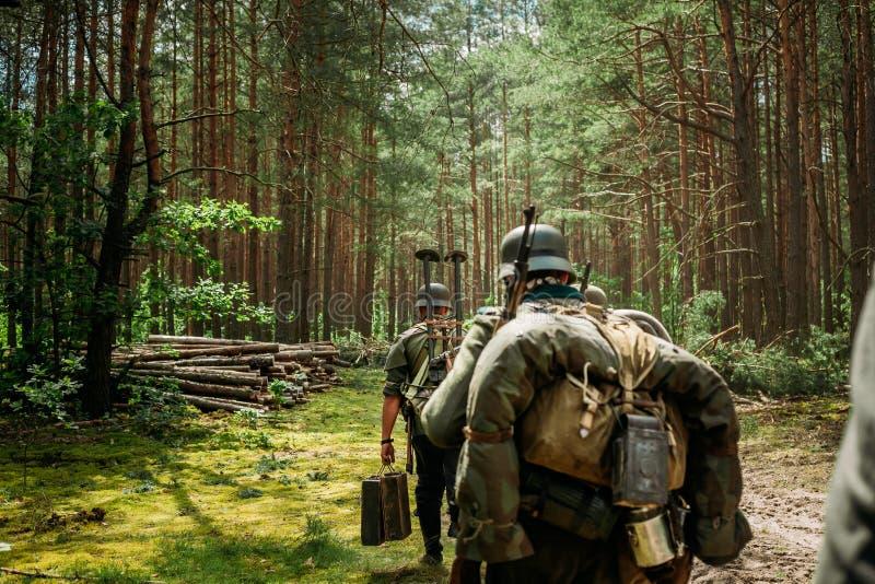 Niemiecki piechota żołnierz Maszeruje Chodzić Wzdłuż F W drugiej wojnie światowa obrazy stock