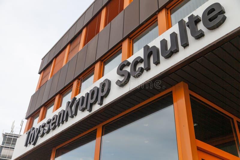 Niemiecki stalowego producenta ThyssenKrupp logo na wejściowym budynku obraz royalty free