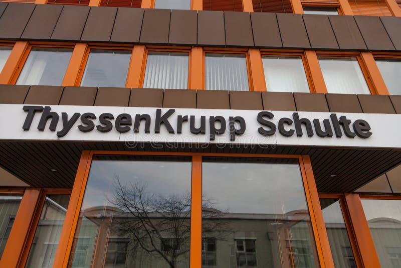 Niemiecki stalowego producenta ThyssenKrupp logo na wejściowym budynku zdjęcie stock