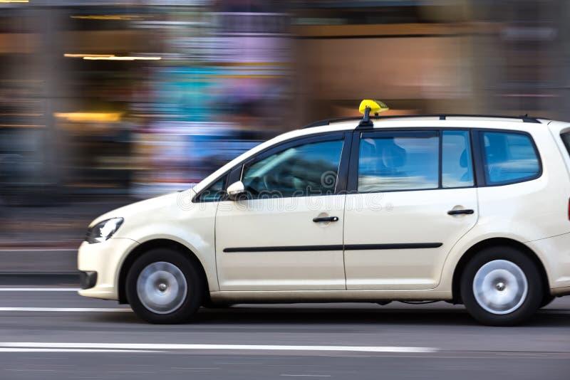 Niemiecki taxi taksówki mknięcie w mieście obrazy stock