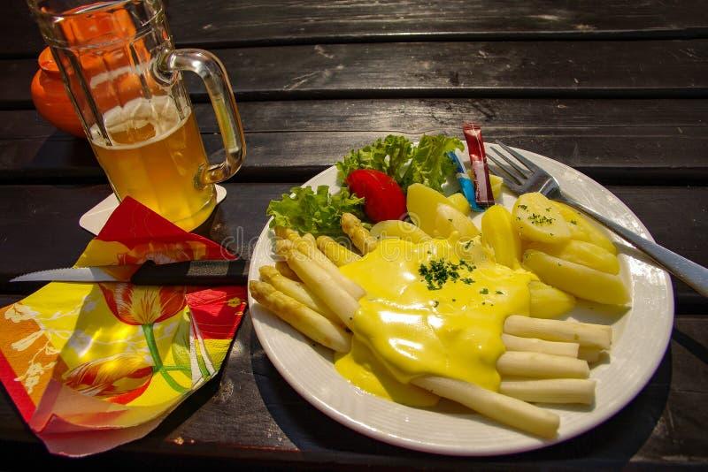 Niemiecki tradycyjny asparagus z sałatką i grulami pod cukierki zdjęcia stock