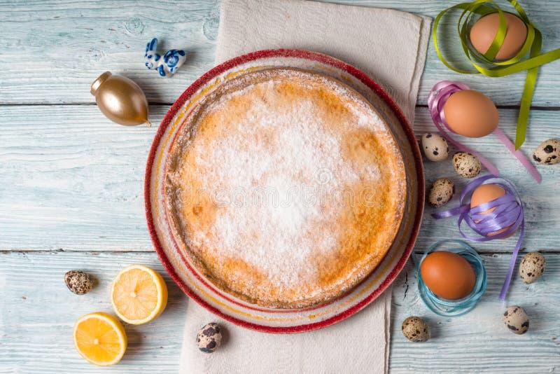 Niemiecki wielkanoc tort na białym drewnianym stołowym odgórnym widoku zdjęcia stock