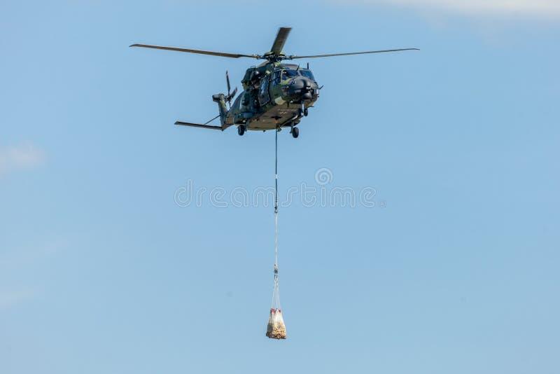 Niemiecki wojskowy odtransportowywa helikopter, NH 90 obrazy royalty free
