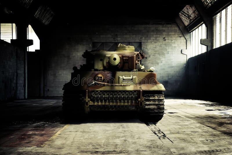 Niemiecki zbiornik w militarnym hangarze obrazy royalty free
