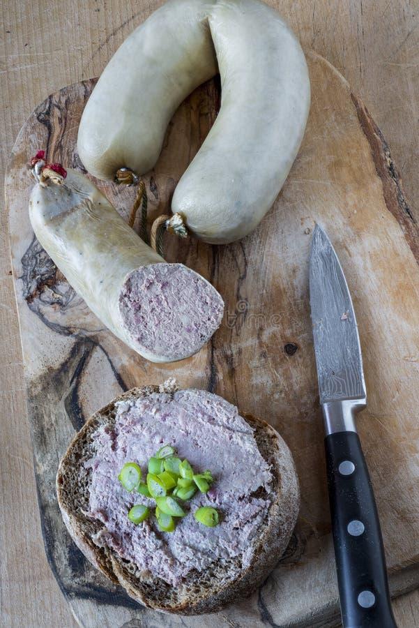 Niemieckie wątrobowe kiełbasy i chlebowa rolka obraz stock