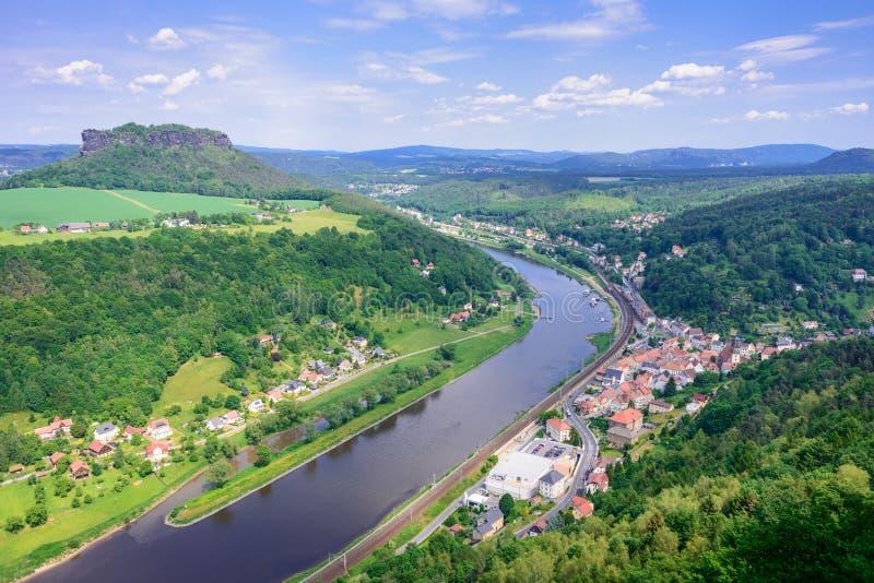 Niemieckie wioski, góra Lilienstein, as well as Elbe rzeka Sas Szwajcaria, Niemcy Widok dla fotografia stock