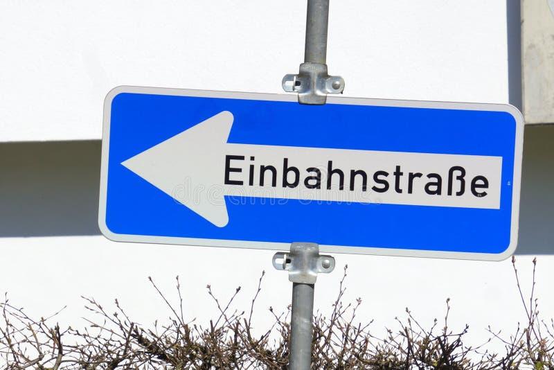 Niemieckiego ruchu drogowego drogowy znak Twierdzi Jednobiegowego ruch drogowego zdjęcia stock