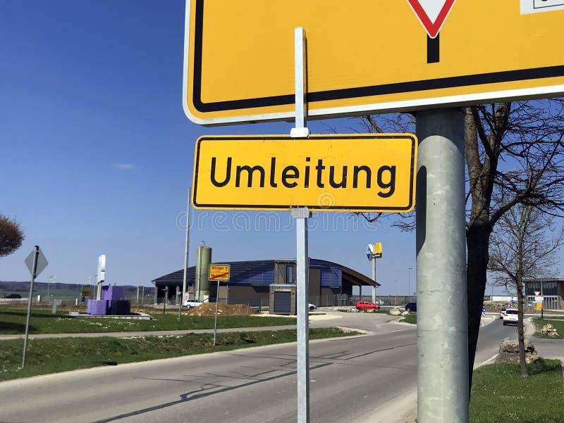Niemieckiego ruchu drogowego drogowy znak Twierdzi objazd niemiec: Umleitung obraz stock