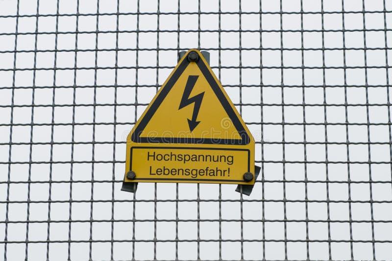 Niemieckiego znaka ostrzegawczego ` Wysoki woltaż, niebezpieczeństwo życia ` niemiec: ` Hochspannung, Lebensgefahr ` zdjęcie royalty free