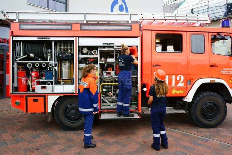 Niemieckiej młodości jednostki straży pożarnej Pożarniczy silnik Niemcy zdjęcia stock