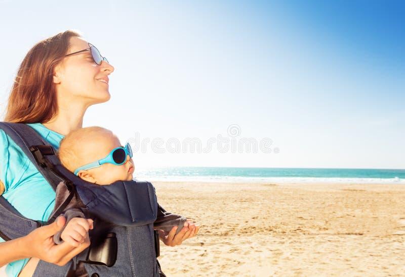 Niemowlę w karetce dla chłopców z mamą na plaży morskiej fotografia royalty free