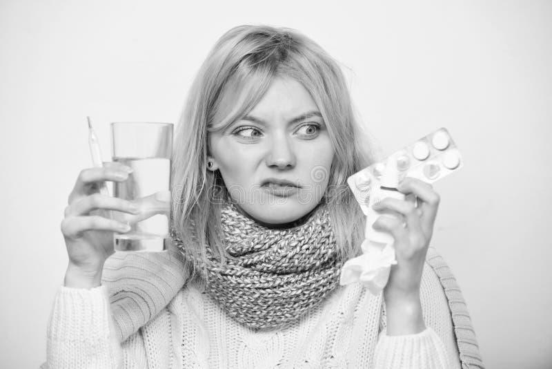 Nienawi?? by? chory Chorzy kobiety cz?stowania objawy powodowa? zimnem lub gryp? ?liczna chora dziewczyna bierze ante zimne pigu? zdjęcia royalty free