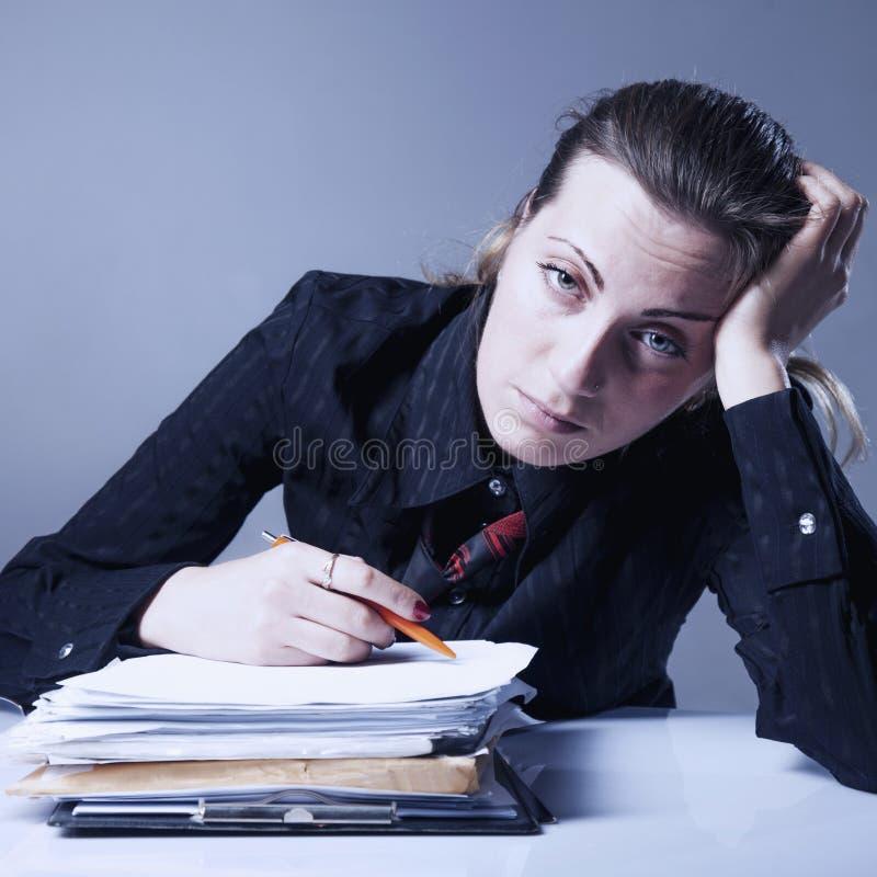 Nienawidzę mój biurową pracę Młody bizneswoman pracuje z dokumentem obraz royalty free