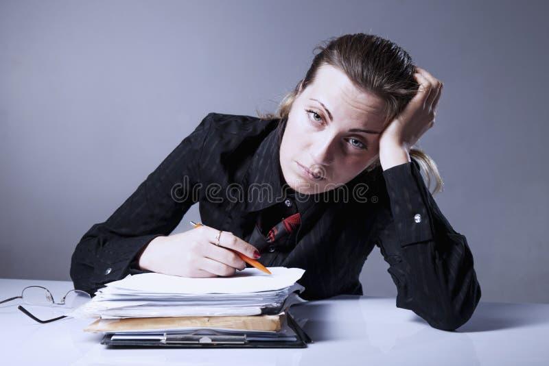 Nienawidzę mój biurową pracę Młody bizneswoman pracuje z dokumentem fotografia stock