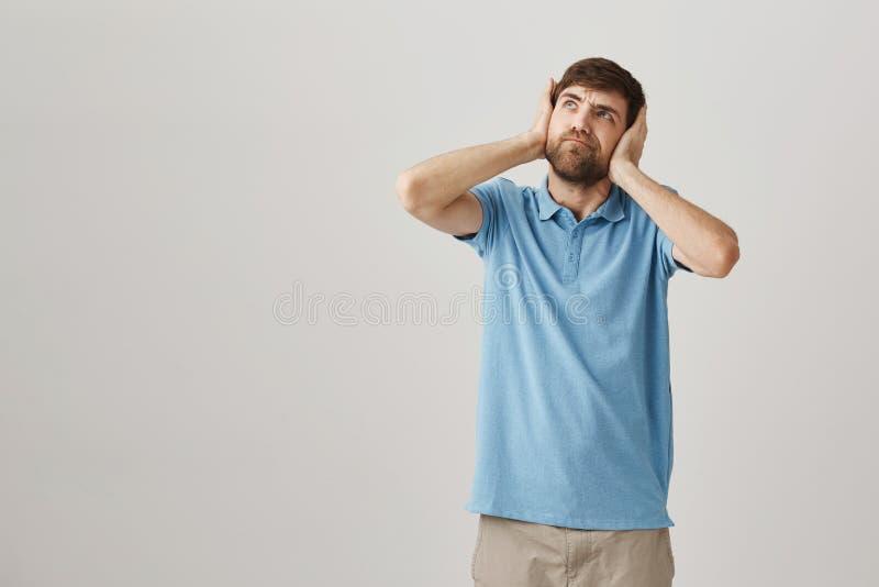 Nienawidzi mój głośnych sąsiad Portret dokuczający gniewny mąż, nakrywkowy przyglądający z szalenie i i fotografia stock