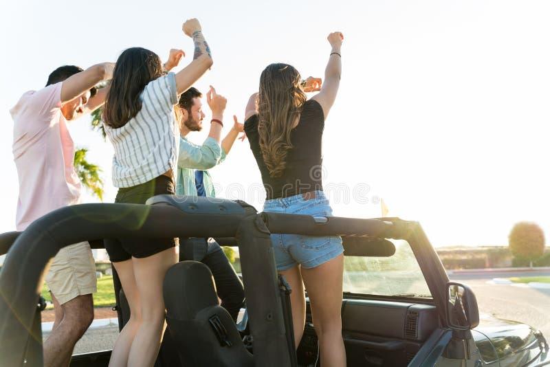 Niente dice l'estate come un Roadtrip con il vostro Besties immagine stock
