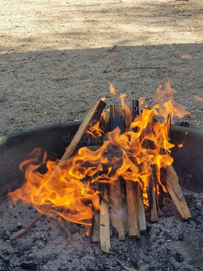 Niente poi migliorare un pozzo del fuoco dopo un giorno lungo di pesca! fotografia stock libera da diritti