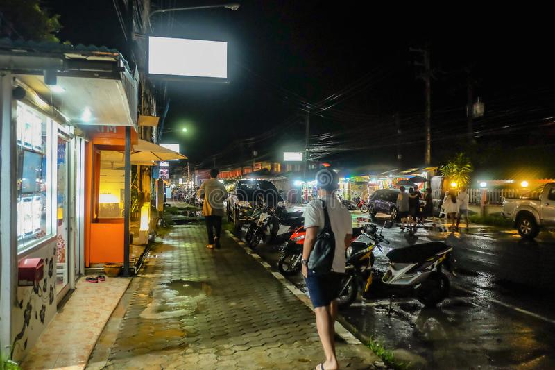 Nieobznajmeni Tajlandzcy ludzie lub turystyczny odprowadzenie na drodze w Koh Chang wyspie Trata Tajlandia Tajlandia wakacje na w zdjęcie stock