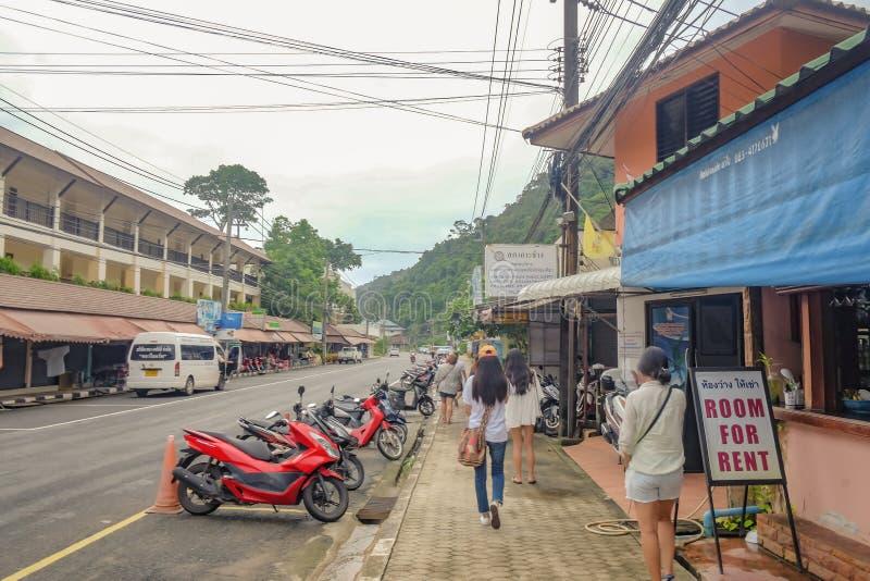 Nieobznajmeni Tajlandzcy ludzie lub turystyczny odprowadzenie na drodze w Koh Chang wyspie Trata Tajlandia Tajlandia wakacje na w obraz stock