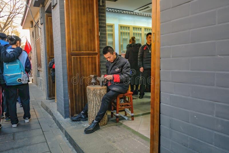 Nieobznajmiona Chińska madeing bransoletka w Handmade Srebnym bransoletka sklepie na Nanlouguxiang Stary część teren Pekin miasta zdjęcia stock