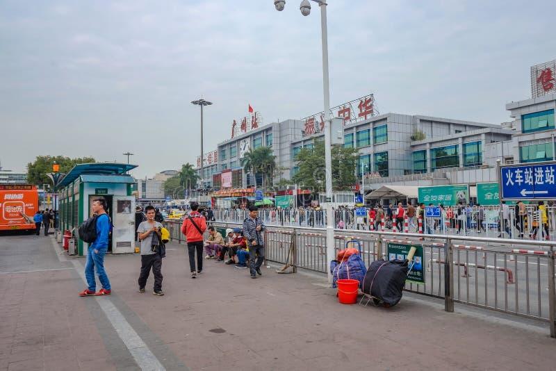 Nieobznajmiony chińczyka lub turysty odprowadzenie przed Guangzhou dworcem Życie codzienne w Guangzhou dworcu zdjęcie royalty free